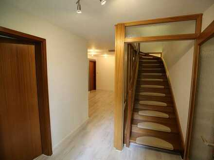 Reserviert: Möbliertes schönes Zimmer in großem Haus in netter WG mit eigenem Balkon und Parkplatz