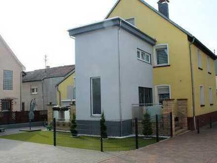 Renoviertes Zweifamilienhaus mit Garage und sep. Büro, zentral und ruhig gelegen