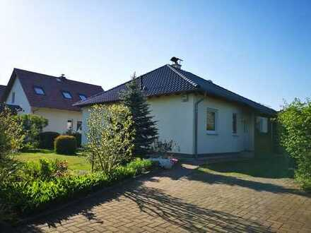 Sehr ruhige Wohnlage, gepflegtes Einfamilienhaus mit Küchenmöbeln, Carport und Garage