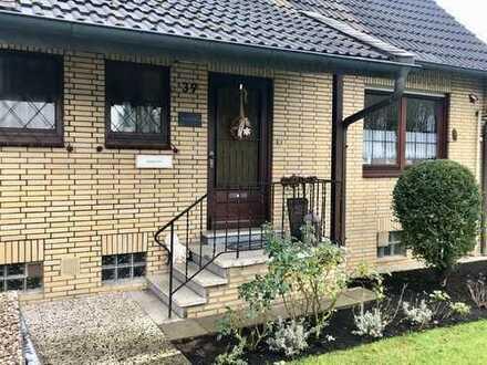 Grosszügiges Einfamilienhaus mit grossem Gartengrundstück und Garagen