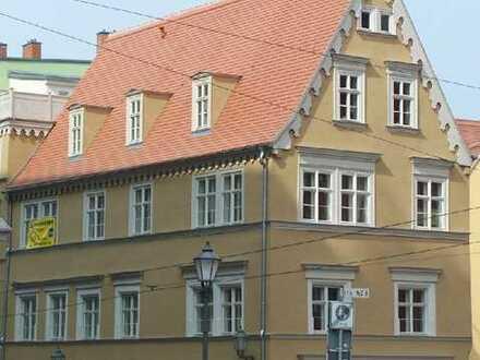 Höll-Immobilien vermietet schöne Einraumwohnung mit separater Küche direkt am Markt.