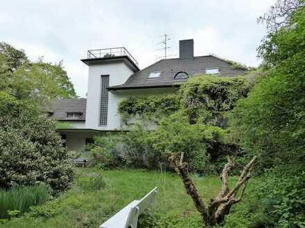 Freistehende Villa auf parkähnlichem Grundstück