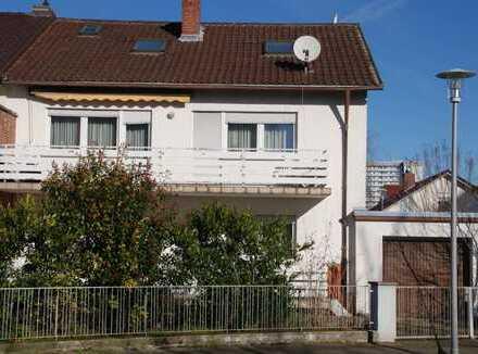Geräumiges Zweifamilienhaus, einseitig angebaut mit Garage und Garten in reiner Wohnlage