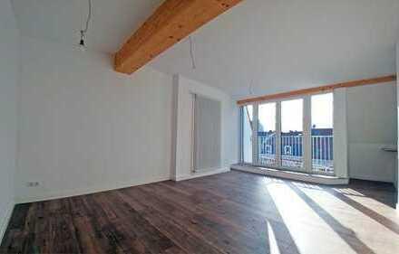Kernsanierte, freundliche 2-Zimmer-Dachgeschosswohnung mit EBK und Balkon im Flüsseviertel