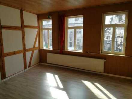 ** Zentrale und teilsanierte Wohnung im schönen Altbau **