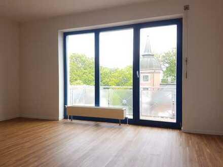 Helle, geräumige 2 Raum Wohnung mit großem Südbalkon und überdachtem Stellplatz