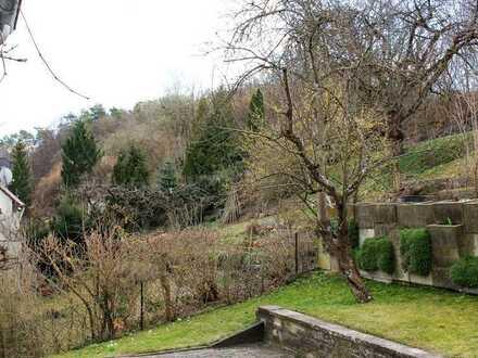 Sonniges Zimmer mit Blick in den Garten