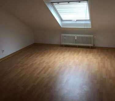 Schöne Dachgeschoss - Single Wohnung