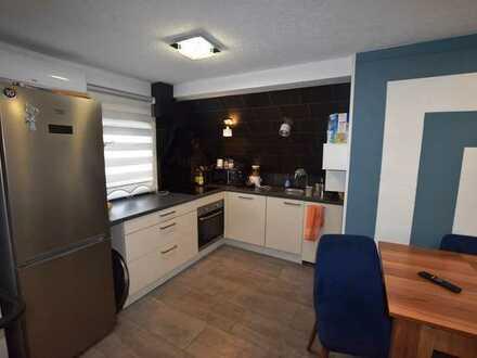 Gemütliche 3-Zimmer-Wohnung mit Dachterrasse, Einbauküche und PKW-Stellplatz in zentraler, aber ruhi