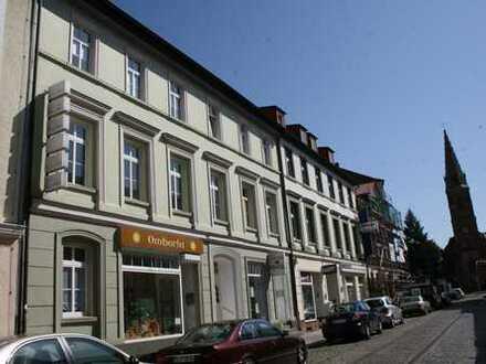 Helles repräsentatives Ladengeschäft mit Schaufenster in der City