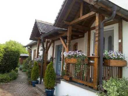 DHH mit drei Zimmern und Gartenanteil in Augsburg, Haunstetten