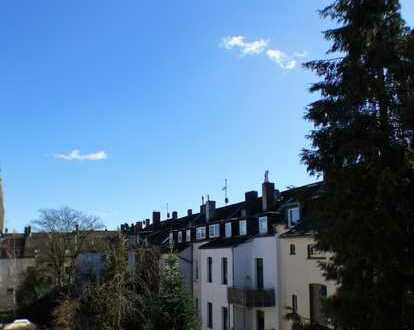 Sanierte und großzügige 2 Zimmer Wohnung mit Wohnküche und Balkon in ruhiger Lage