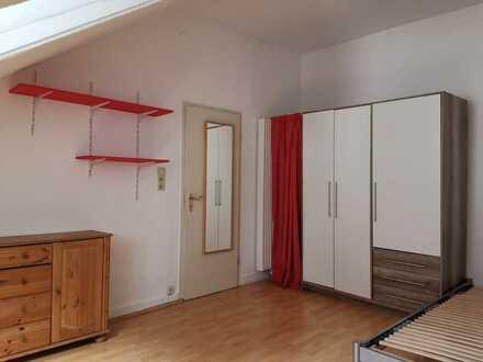 Schöne 2-Zimmer-Altbau-Dachgeschosswohnung mit Einbauküche in Karlsruhe