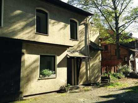 Kleines Hinterhaus mit Einzelgarage