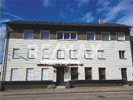 RE/MAX - Ehemalige Gaststätte + Wohnung im Dachgeschoss und 3 Garagen - großes Grundstück!
