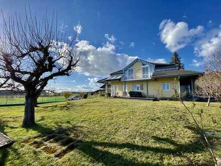 NE!DHART IMMOBILIEN: Ländlich gelegene Villa mit Bergpanorama-Blick