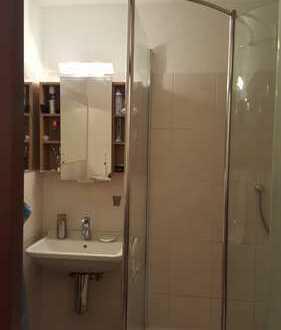 16 qm Zimmer mit Balkon und Teppichboden.