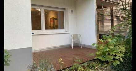 Stilvolle, geräumige und modernisierte 1-Zimmer-Wohnung mit Terrasse und Einbauküche in Parknähe