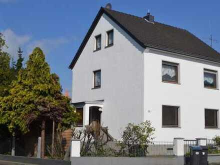 Schöne 2,5-Zimmerwohnung mit Wohnküche, Garage und Garten/-haus