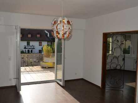 Großzügige und geräumte Wohnung mit überdimensionaler (39qm) und sonniger Terrasse