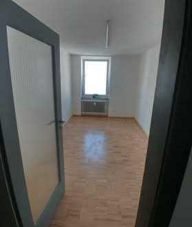 530€ Warm: 2 Büroräume ca. 16m² (ca. 4m²+ca. 12m²) + 20m² Gemeinschaftsflächen