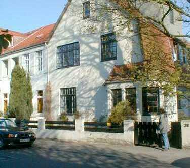 Gepflegte 2-Zimmer-Dachgeschosswohnung mit Wohnküche/Einbauküche in Bremen