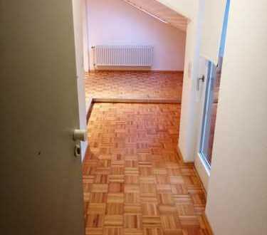 Exklusive 1-Zimmer-DG-Wohnung mit Balkon und Einbauküche in Augsburg