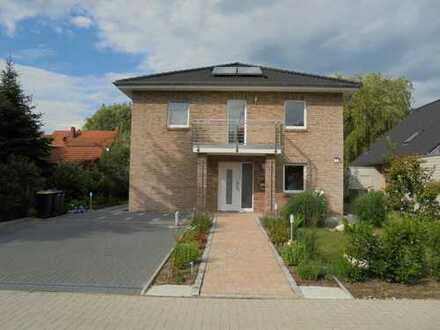 Freistehendes, neuwertiges Einfamilienhaus mit Terrasse, Garten und 2 Carports in Borgfeld