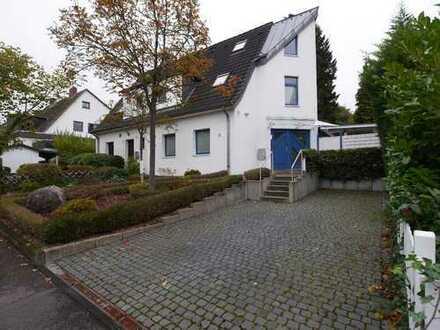 Waldsiedlung: Exklusives Traumhaus mit schönem Garten in direkter Waldrandlage