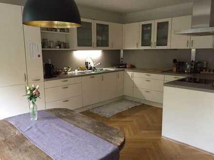 Schöne neuwertige 2,5 Zimmer-Whg. mit Südbalkon und Wannenbad (Alt-Bogenhausen)