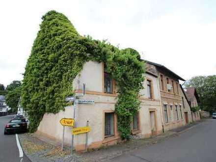 Historisches Gebäude, ehemalige Schule, großes Wohnzimmer mit Kamin, hohe Decken Ortskern