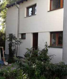 Schönes Haus mit fünf Zimmern in Frankfurt am Main, Nieder-Eschbach