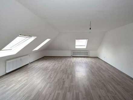 Geräumige helle 1 Zimmer DG-Wohnung in top Lage in Wilhelmshaven. Privater Parkplatz möglich!