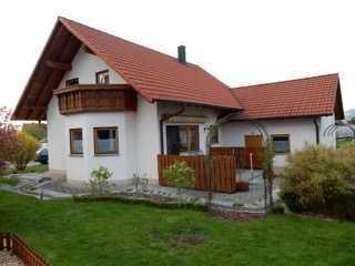 Einfamilien Traumhaus mit schönem Garten und Garage
