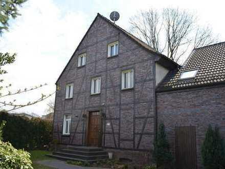 Wohnen über zwei Ebenen, große Haushälfte im Stil eines Landhauses