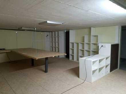 Lagerfläche mit Lastenaufzug, Wasseranschluss und WC. Ausbau um weitere 10 m² möglich.