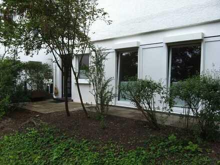 Schöne, geräumige und neuwertige 1-Zimmer-EG-Wohnung mit Terrassund EBK in Stuttgart-Ost