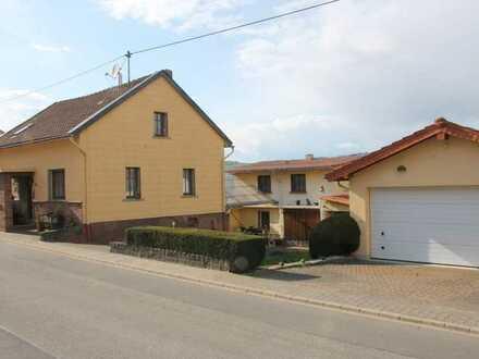 Gelegenheit! Einfamilienhaus mit Doppelgarage, Nebengebäude, große Terrasse + Weitblick