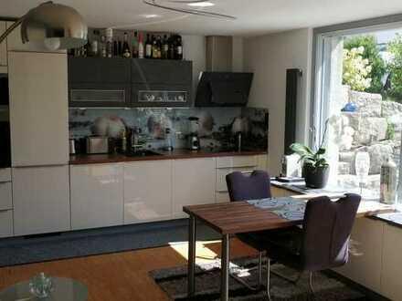 Moderne, sehr helle 2,5-Zimmer-Souterrain Wohnung mit NOLTE-Einbauküche und 30qm Terrasse