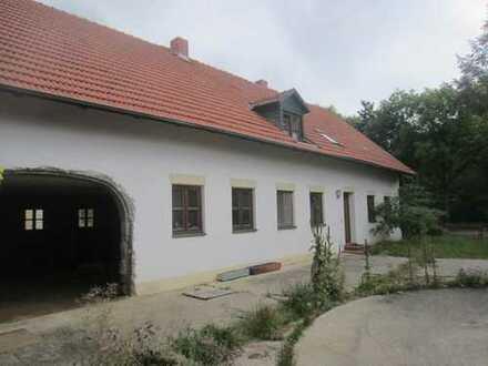 Teilrenovierte Hofstelle nähe Pfeffenhausen. Mit ca. 3.000 qm Baugrund.