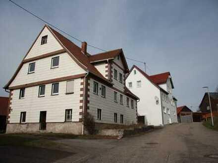 Ehemalige Hofstelle mit 2 Wohnhäuser und mehreren Scheunen in herrlicher Aussichtslage