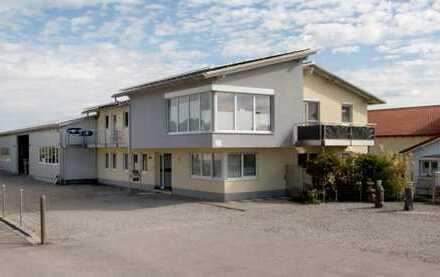 großzügige 4 Zimmer Wohnung, 3 Bäder, Gäste WC, verkehrsgünstig gelegen !
