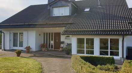 2 Familienwohnhaus mit großem Grundstück und Gästeapartment, Doppelgarage und voll unterkellert.