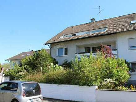 Dachgeschosswohnung in 3-Familienhaus in Bergisch-Gladbach Hand