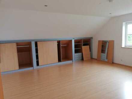 Günstige, geräumige und gepflegte 2,5-Zimmer-DG-Wohnung mit Balkon in Sattelberg