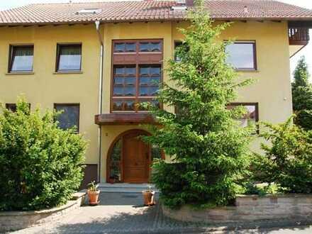 Ruhig gepflegt: großzügige 3 ZKB DG-Wohnung mit Balkon