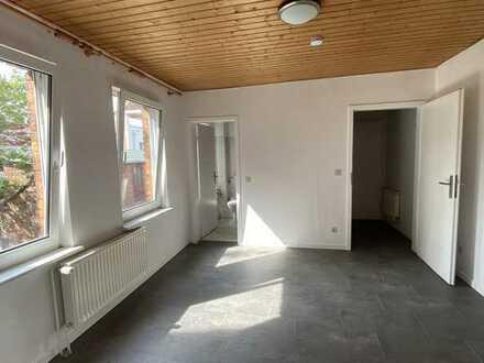 Sanierte kl. 2-Zimmer-Wohnung mit Einbauküche nähe Bahnstr.