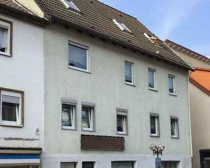 BAD KÖNIG: 3-Familienhaus mit Laden in zentraler Lage