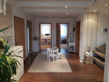 Neuwertige 2,5-Zimmer-Dachgeschosswohnung mit Balkon und EBK in Nittenau