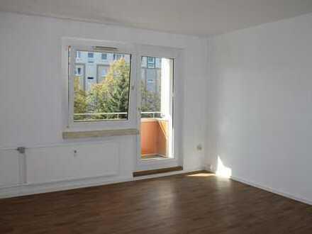 sonniges Wohnzimmer mit Balkon
